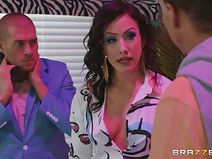 Brunette floozy Jennifer White missionary fucked and gets a facial